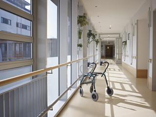 Deutschland, Köln, Laufgestell im Korridor von Pflegeheim