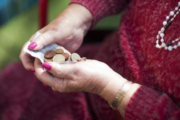 Geld in den Händen einer älteren Frau