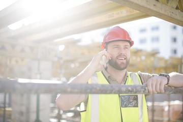 Bauarbeiter mit Handy auf der Baustelle