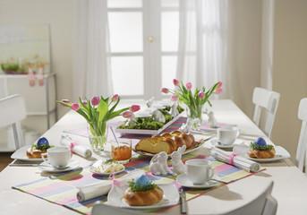 Esstisch mit Oster Frühstück