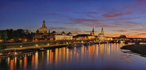Deutschland, Sachsen, Dresden, Blick auf die Elbe und Dresden Skyline bei Sonnenuntergang