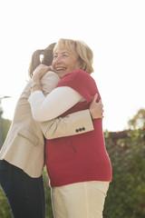 Enkelin und Großmutter streicheln sich gegenseitig