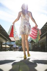 Junge Frau auf einem Einkaufsbummel