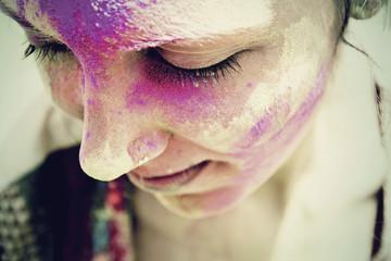 Indien, Ahmedabad, Junge Frau feiert Holi-fest mit Pulverfarbe