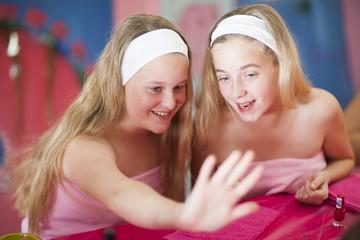 Zwei Mädchen lassen sich auf einer Beauty-Farm verwöhnen
