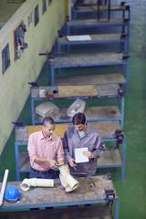 Bauarbeiter und Vorarbeiter diskutieren Sanitär-Rohre