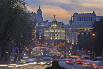 Madrid, Blick auf die Calle de Alcala und Plaza de Cibeles, Edificio Metropolis Verkehr in der Dämmerung