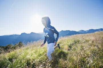 Österreich, Salzburger Land, junge Frau in der alpinen Wiese