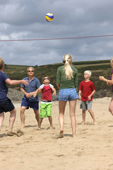 Frankreich, Bretagne, Finistere, St. Anne, Strand von  Treguer, Familie beim Beachvolleyball