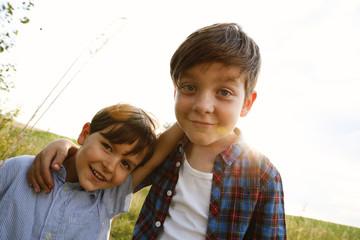 Porträt von zwei lächelnden kleinen Jungen