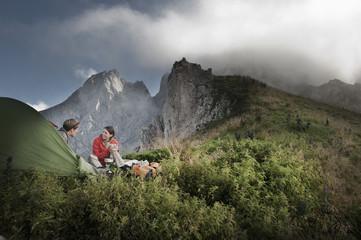 Österreich, Salzburg Land, Filzmoos, Paar neben Zelt in den Bergen
