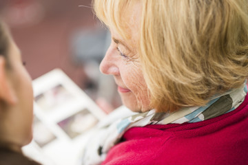 Profil des glücklichen älteren Frau