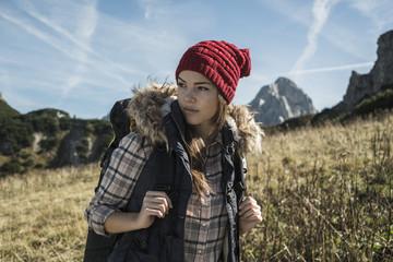 Österreich, Tirol, Tannheimer Tal, junge Frau auf Wanderung