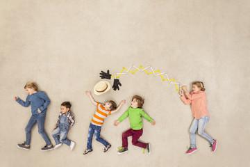 Kinder mit Hut stehlen eine Maschine