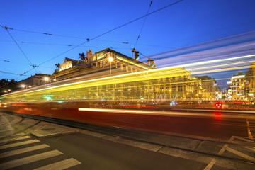 Österreich, Wien, Opernplatz mit Straßenbahn zur blauen Stunde