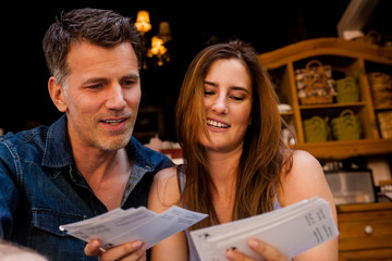 Portrait, Paar sucht Postkarten aus