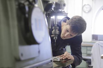 Deutschland, Junge Mechaniker in Werkstatt