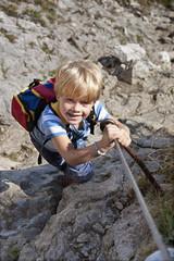 Deutschland, Bayern, Junge (4-5 Jahre), Kletterberg, Lächeln, Portrait