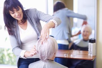 Ältere Frau beim Friseur
