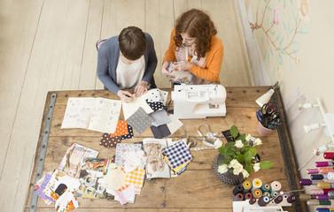 Zwei Mode-Designerinnen arbeiten zusammen an ihrem Studio