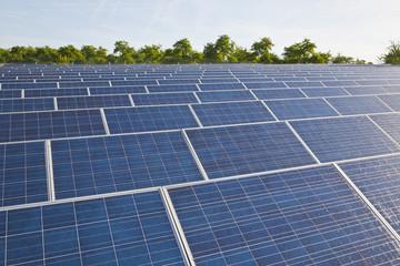 Deutschland, Baden-Württemberg, Winnenden, Blick auf große Anzahl von Sonnenkollektoren