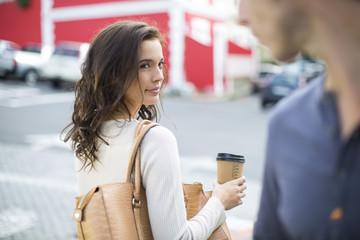 Portrait der Frau mit Kaffee zum Mitnehmen