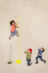 Kinder spielen Schlangenbeschwörer