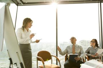 Geschäftsfrau am Flipchart führt ein Seminar