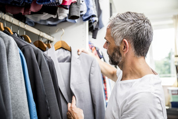 Geschäftsmann in seinem begehbaren Kleiderschrank