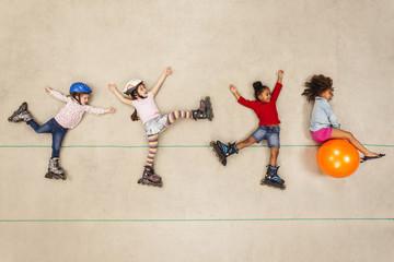 Kinder haben Spaß beim Inline Skaten