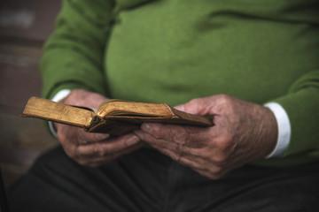 Senior liest Buch