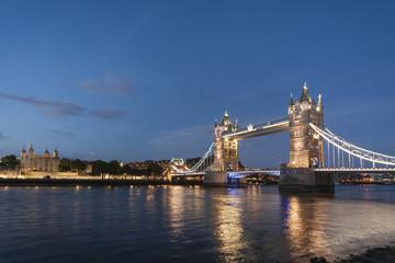 Vereinigtes Königreich, England, London, Fluss Themse, Tower Bridge im Abendlicht