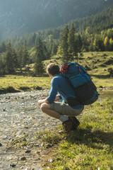 Österreich, Tirol, Tannheimer Tal, junge Wanderer mit Rucksack beobachten Landschaft