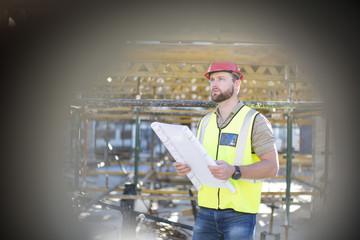 Bauarbeiter mit Plan auf der Baustelle