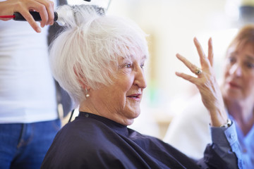 Portrait der älteren Frau in einem Friseursalon