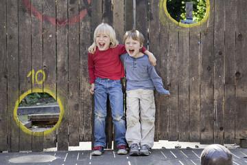 Deutschland, Nordrhein-Westfalen, Köln, Jungen spielen auf Spielplatz, Lächeln
