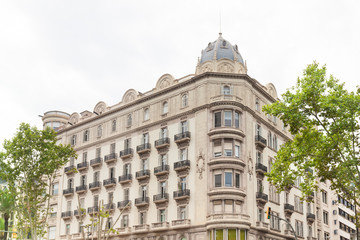 Haus in Spanien  - Hausfassade und Bäume