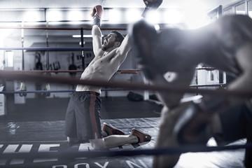 Boxer feiert Sieg über seinen Gegner