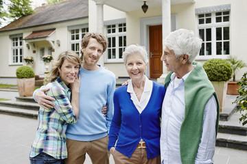 Deutschland, Hessen, Frankfurt am Main, Älteres Paare mit verheirateten Kindern vor der Villa
