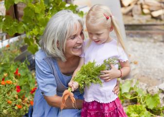 Deutschland, Bayern, Ältere Frau mit Mädchen im Garten