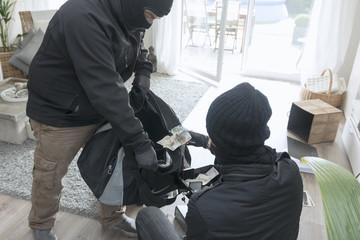 Zwei Einbrecher bei der Arbeit in einem Einfamilienhaus tagsüber