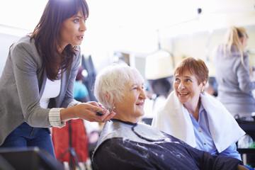Friseurin beim Haare schneiden