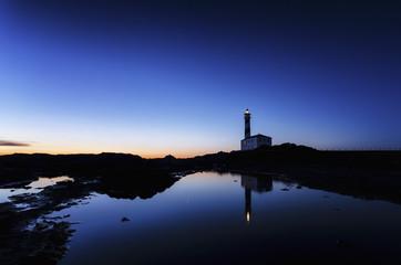 Spanien Balearen, Menorca, Cap de Cavalleria, Leuchtturm bei Sonnenaufgang