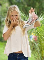 Österreich, Teenager-Mädchen mit Turnschuhen