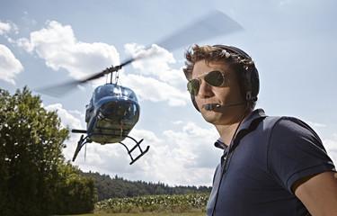 Deutschland, Bayern, Landshut, Fluglotse sichert Landung und Start des Helicopter