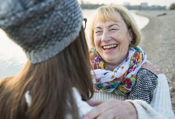 Portrait einer jungen Frau von Angesicht zu Angesicht mit ihrer Großmutter