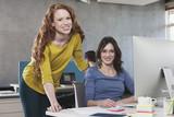 Portrait von zwei weiblichen Kollegen im Büro