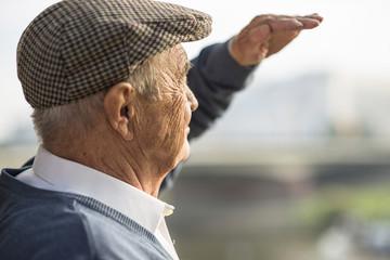 Älterer Mann mit Mütze im Freien