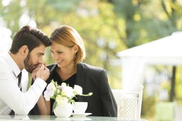 Liebevolles Paar im Cafe