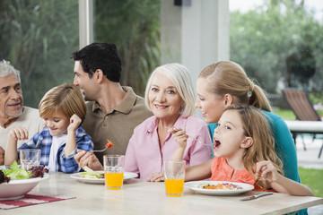 Familie mit Salat und Saft am Esstisch
